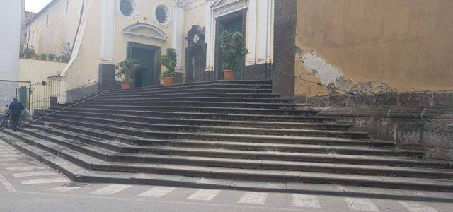 Di Gennaro Napoletano. Finalmente rimossa l'orrenda barriera in ferro che recintava la splendida scalinata in piperno nero, una roccia vulcanica del vesuvio oggi intoccabile e patrimonio Unesco, La maestosa […]